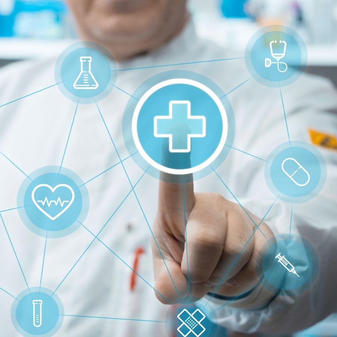 Farmaceutico pulsando con el índice una cruz digital