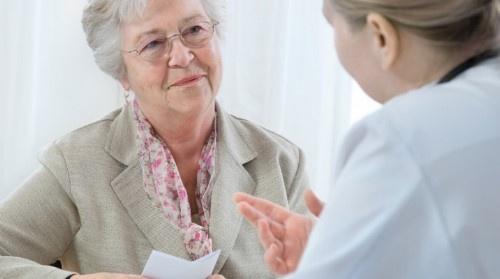 Farmacéutico con paciente anciana
